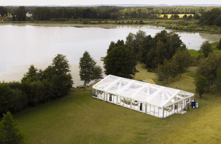 Ett bröllopstält mitt i naturen.