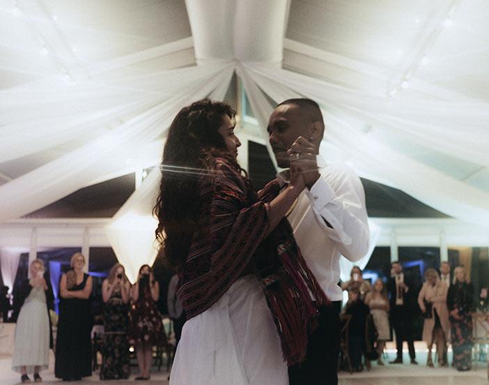 Lyckligt brudpar dansar i ett bröllopstält som dom har hyrt.