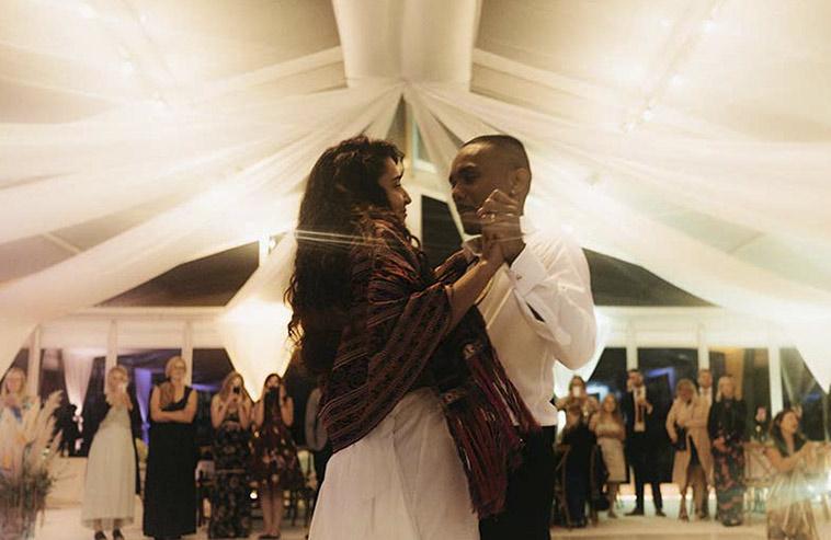 Ett brudpar som dansar i ett bröllopstält.