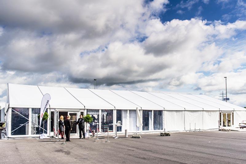 Ett tält i anslutning till en mässa.