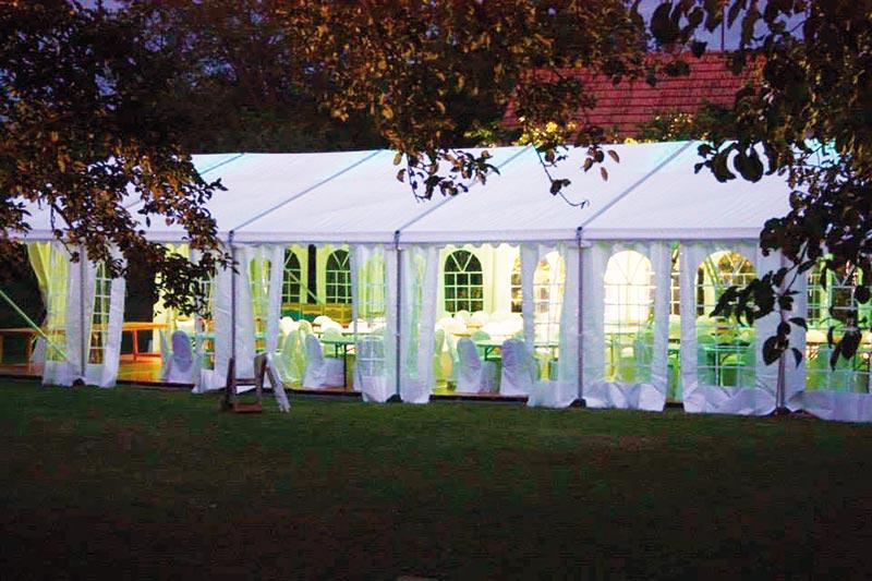 Ett tält som kund har hyrt till en oktoberfest.