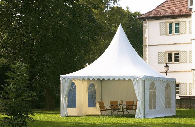 Ett hyrtält monterat på bakgården inför en fest.