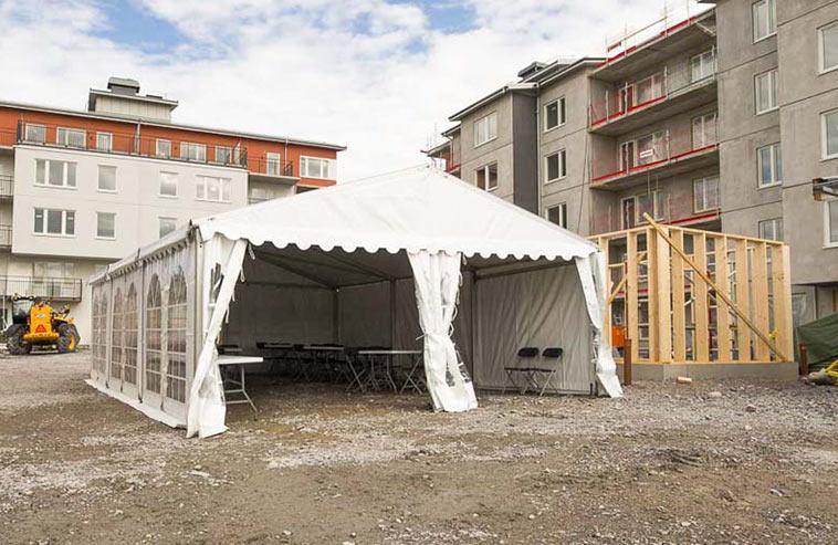 Ett hyrtält på en byggarbetsplats.