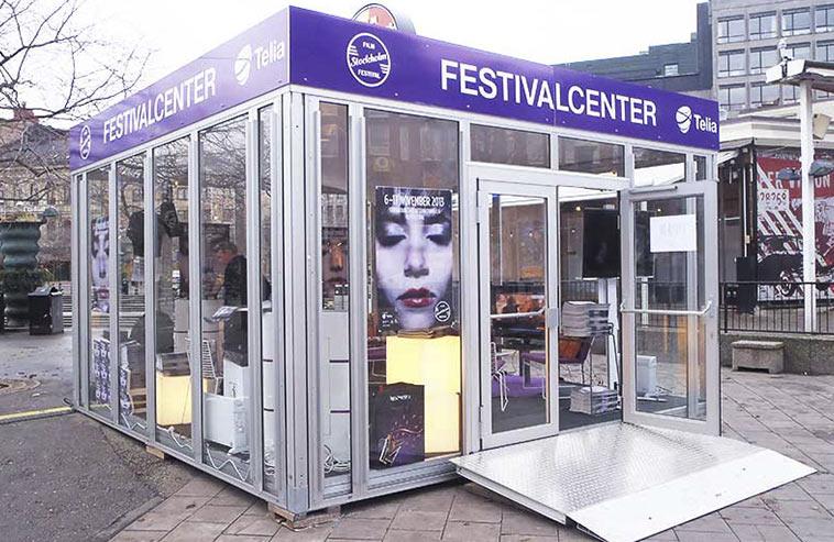 Ett hyrt glashus som mötesplats på en festival.