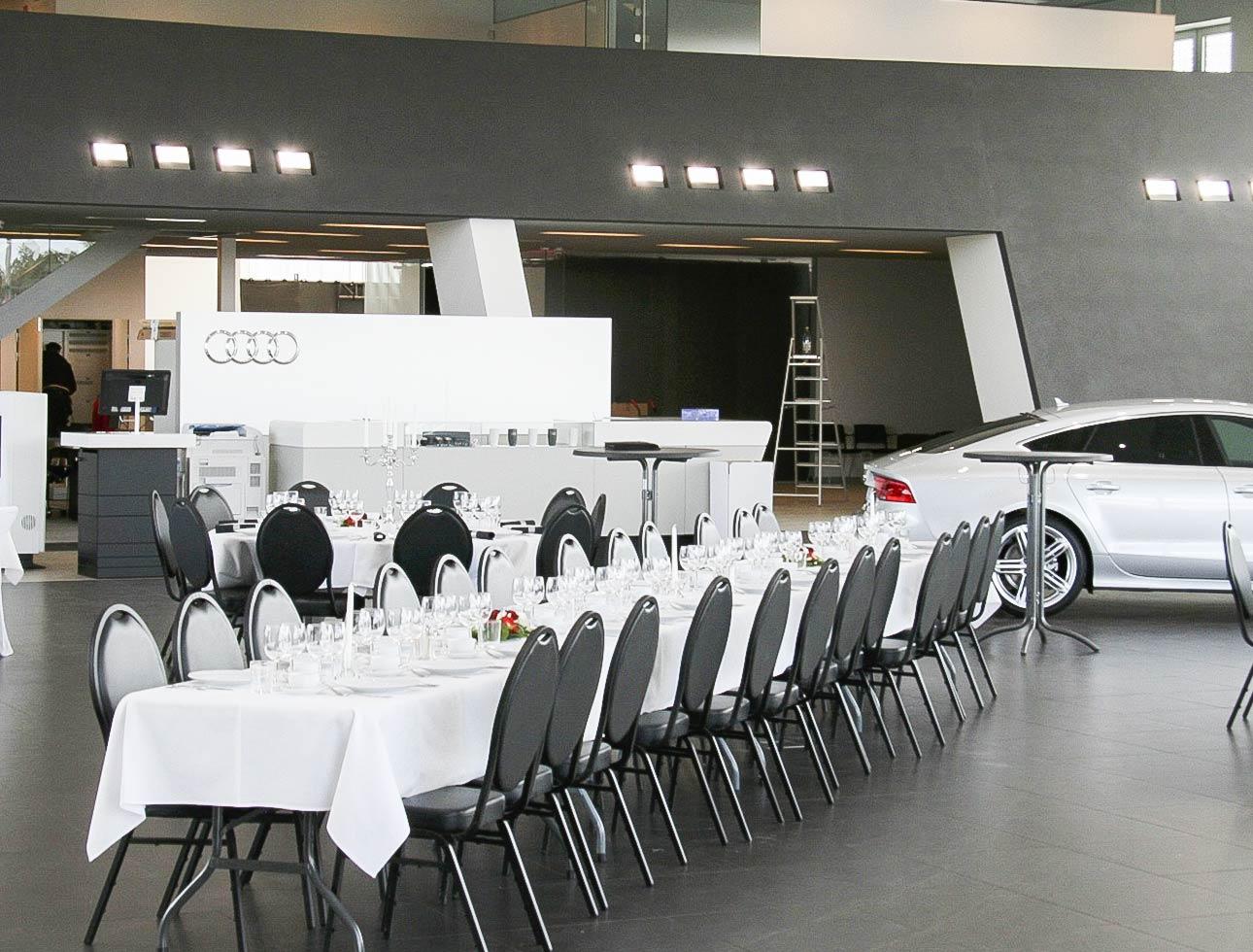 Kund som hyrt stolar och bord till invigning av sitt företag.