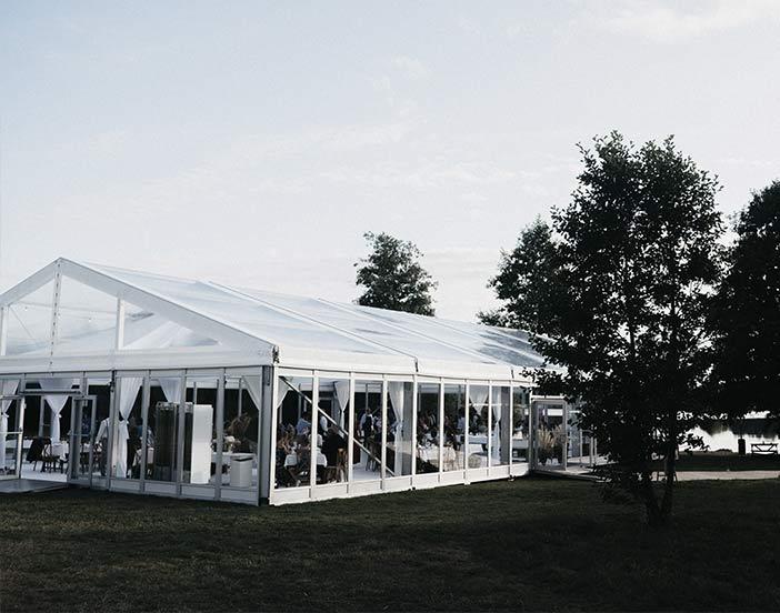 Bröllopstält som en av våra kunder hyrt till en privat strand.
